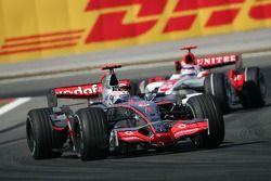Fernando Alonso, McLaren Mercedes, MP4-22 and Takuma Sato, Super Aguri F1, SA07