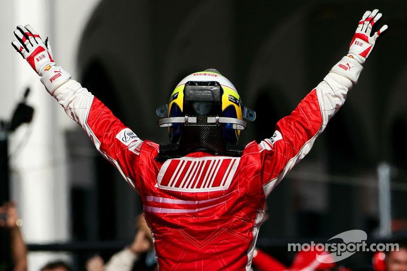 Yarış galibi Felipe Massa kutlama yapıyor