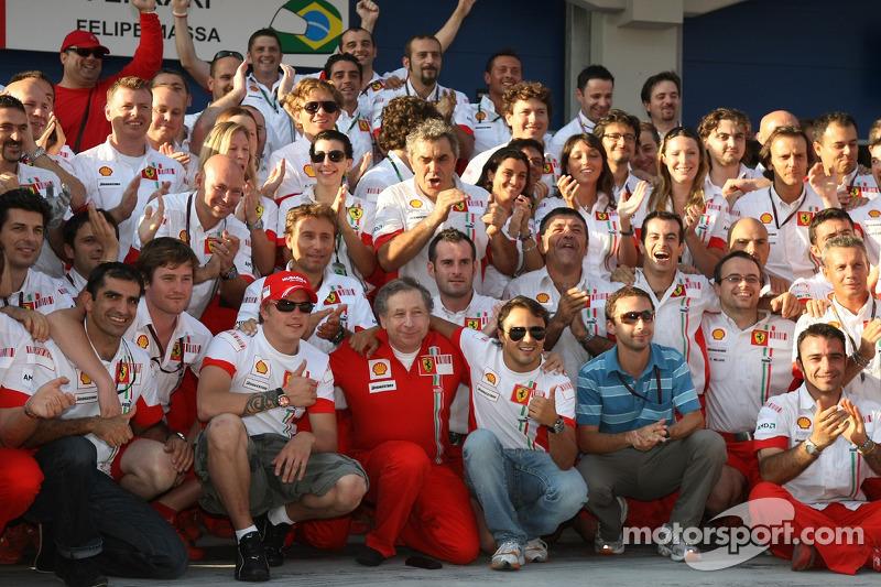 Yarış galibi Felipe Massa kutlama yapıyor ve Kimi Raikkonen, Jean Todt ve Scuderia Ferrari takım ele