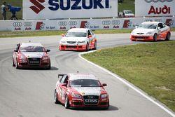Acura pourchassant les deux Audi devant