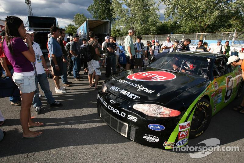 Les fans vérifient la voiture d'Alex Tagliani