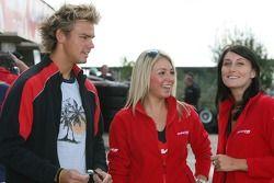 Tom Chilton et jeunes femmes Pneus Avon