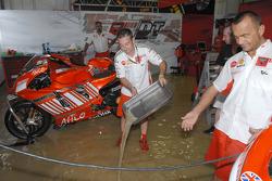 Команда Ducati Corse выкачивает воду