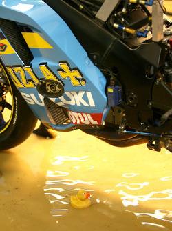 Резиновая уточка под под моциклом Rizla Suzuki