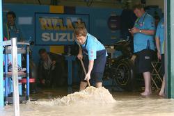 Члены команды Rizla Suzuki выгребают воду из гаража