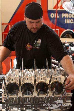 Re-montage de l'un des moteurs de nitro de Mike Ashley