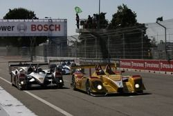 Redémarrage: la #7 Penske Racing Porsche RS Spyder: Romain Dumas, Timo Bernhard devant la #1 Audi Sp