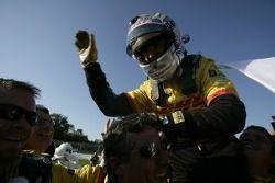 Romain Dumas fête la victoire avec les membres de l'équipe Penske Racing