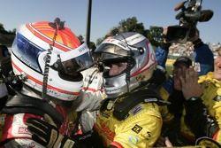 Le vainqueur Romain Dumas est félicité par Emanuele Pirro