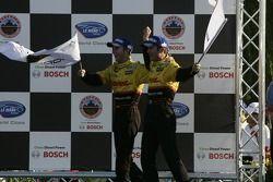 Podium: les vainqueurs P2 Timo Bernhard et Romain Dumas