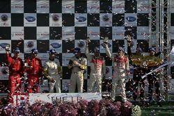 Podium: les vainqueurs GT2 Mika Salo et Jaime Melo, les vainqueurs GT1 Johnny O'Connell et Jan Magnu