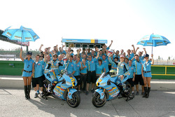Команды Rizla+ Suzuki празднует