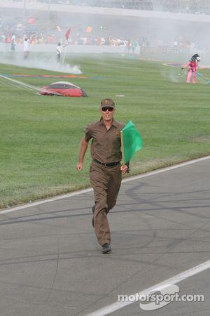 L'homme d'UPS porte le drapeau vert