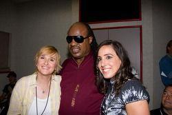 Stevie Wonder avec Melissa Etheridge et le président California Speedway Gill Campbell