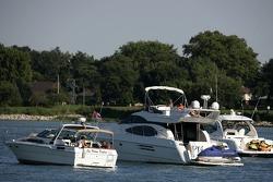 Les gens regardent la course de leurs bateaux sur la rivière Detroit