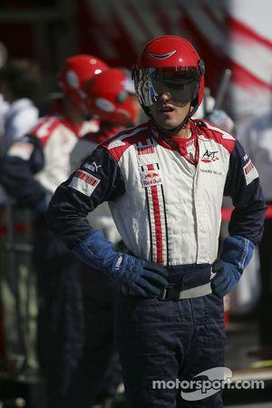 Механики команды ART Grand Prix наблюдают за гонкой