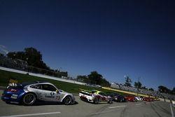 Les voitures GT attendent le début de la séance de qualification sur la voie des stands