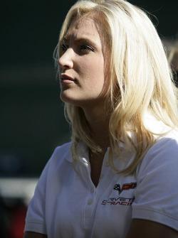 Une jolie membre de l'équipe Corvette Racing regarde la séance de qualification