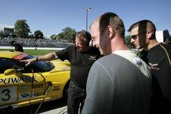 Membres de l'équipe Corvette Racing et Jan Magnussen, l'auteur de la pôle GT, rigolent tout en regar