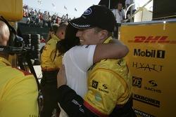 Ryan Briscoe fête sa pôle avec les membres de l'équipe Penske Racing