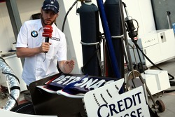 Nick Heidfeld, BMW Sauber F1 Team shows TV the BMW-Sauber F1.07