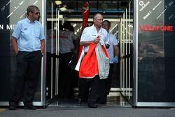 Ron Dennis, Presidente de McLaren y director del equipo camina fuera del garaje
