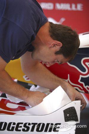 Механики команды ART Grand Prix работают над машиной Лукаса ди Грасси