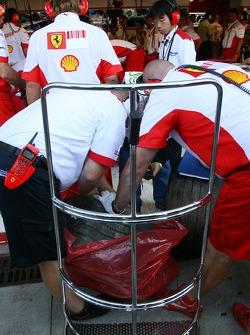 Bridgestone take away the tyres from the crash damaged car of Kimi Raikkonen, Scuderia Ferrari