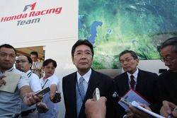 Dressed suits, left to right, Satoshi Dobashi, Başkanı, Mobilityland corporation ve Kazumasa Tsuchiy