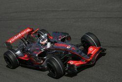 Ganador de la Pole Position Fernando Alonso, McLaren Mercedes, MP4-22