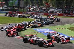 Start, Fernando Alonso, McLaren Mercedes, MP4-22 leads Lewis Hamilton, McLaren Mercedes, MP4-22, Fel