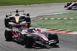 Anthony Davidson, Super Aguri F1 Team, SA07 and Giancarlo Fisichella, Renault F1 Team, R27