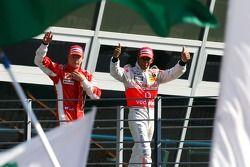 Podio: segundo lugar Lewis Hamilton y el tercer lugar Kimi Raikkonen