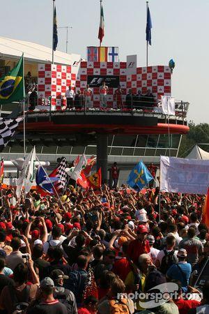 Podio: ganador de la carrera Fernando Alonso, segundo lugar Lewis Hamilton y el tercer lugar Kimi Ra