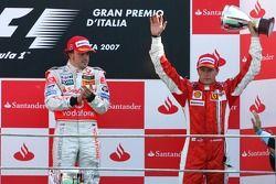 Podio: el ganador de la carrera, Fernando Alonso, con Kimi Raikkonen