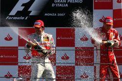 Podio: champagne ganador de la carrera Fernando Alonso y el tercer lugar Kimi Raikkonen