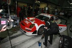 Arrêt au stand pour la #97 BMS Scuderia Italia Porsche 997 GT3 RSR: Emmanuel Collard, Matteo Malucel