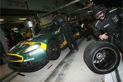 Arrêt au stand pour la #23 Aston Martin Racing BMS Aston Martin DB9: Fabio Babini, Jamie Davies