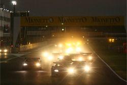 Départ: #33 Jetalliance Racing Aston Martin DB9: Karl Wendlinger, Ryan Sharp devant le peloton