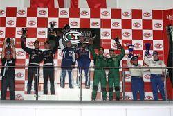 Podium GT1: les gagnants Karl Wendlinger et Ryan Sharp, deuxième place Andrea Bertolini et Andrea Pi