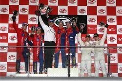 Podium GT2: les gagnants Toni Vilander et Dirk Muller, deuxième place Gianmaria Bruni et Stéphane Or