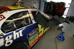 Un membre d'équipage travaille sur la voiture de Marcos Ambrose