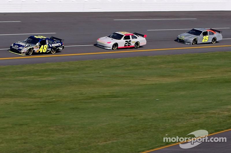 Jimmie Johnson mène un groupe de voitures