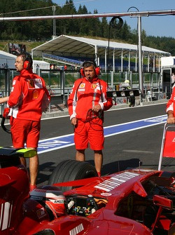 Ferrari trying out a yeni light system to let pilotu s go from a pit stop