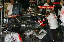 Mechanics ve mühendiss work, Car, Fernando Alonso, McLaren Mercedes, MP4-22 during session