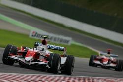 Jarno Trulli, Toyota Racing, TF107 ve Ralf Schumacher, Toyota Racing, TF107