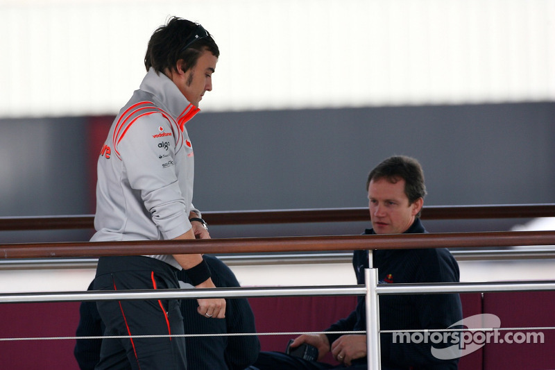 Fernando Alonso, McLaren Mercedes has a talk ve Christian Horner, Red Bull Racing, Direktör