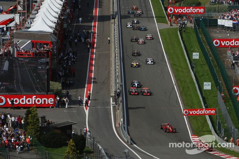 Start, Kimi Raikkonen, Scuderia Ferrari, F2007 leads Felipe Massa, Scuderia Ferrari, F2007, Fernando Alonso, McLaren Mercedes, MP4-22 and Lewis Hamilton, McLaren Mercedes, MP4-22