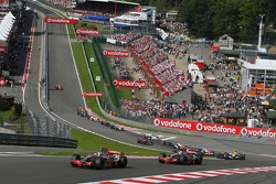 Start, Fernando Alonso, McLaren Mercedes, MP4-22 ve Lewis Hamilton, McLaren Mercedes, MP4-22