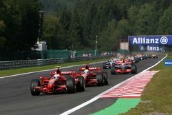 Race Start, Kimi Raikkonen, Scuderia Ferrari ve Felipe Massa, Scuderia Ferrari